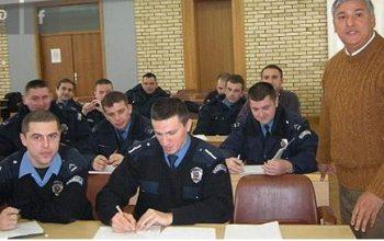 Policajci uče romski jezik